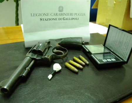 la pistola e la droga sequestrate