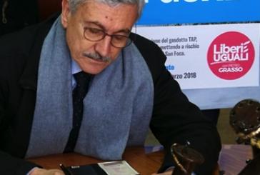 """D'Alema il """"re nudo"""" firma contro Tap, e volano le uova"""